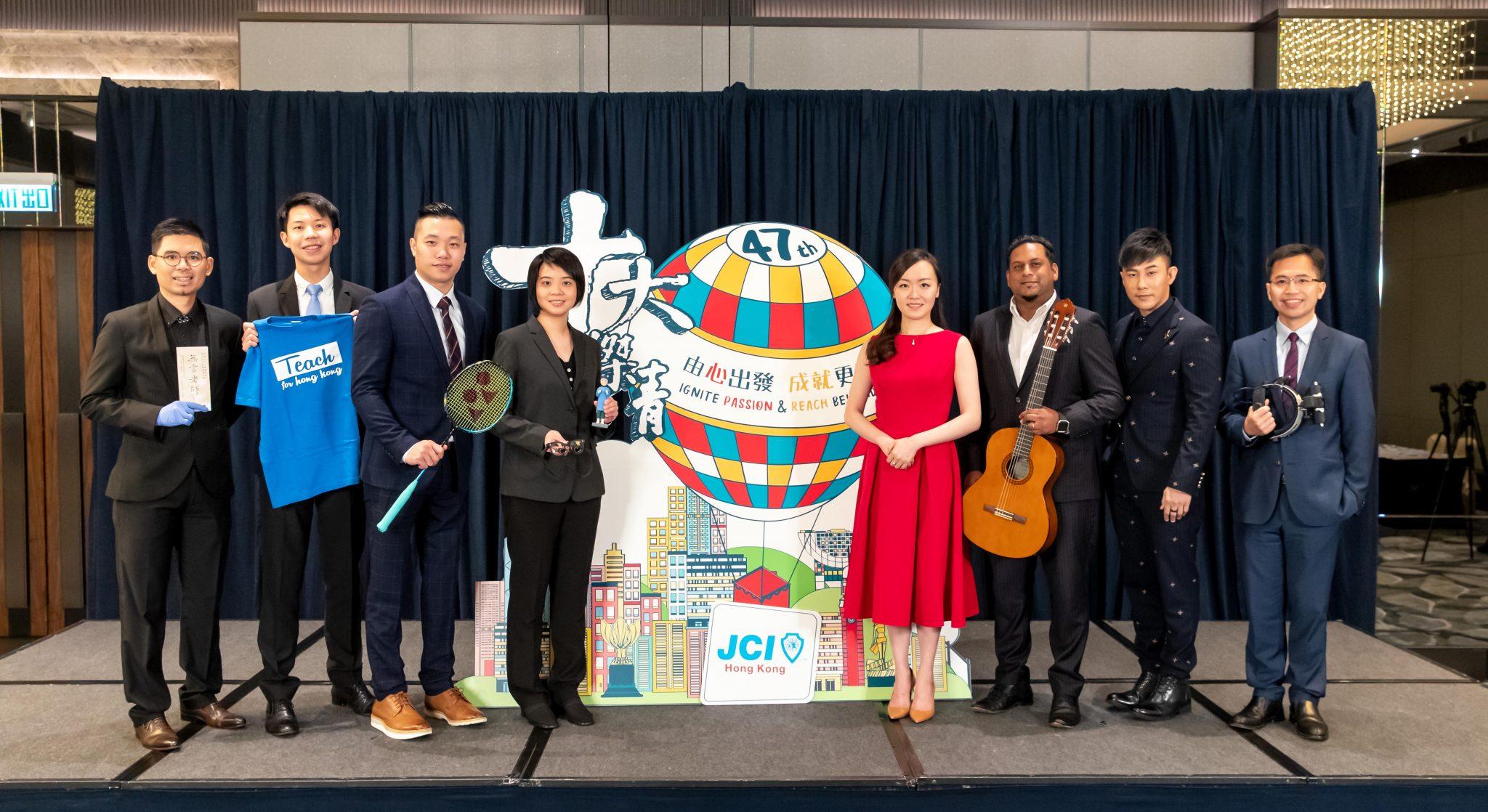 陈君洋(左二)与其他杰出青年摄于颁奖典礼